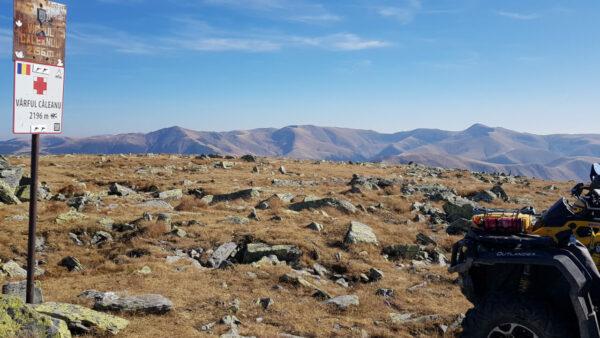 Can-am Outlander v kamenitém terénu rumunského pohoří Can-am outlander v rumunském pohoří Țarcului