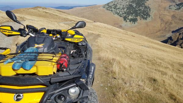 Can-am Outlander na horské louce v Rumunsku