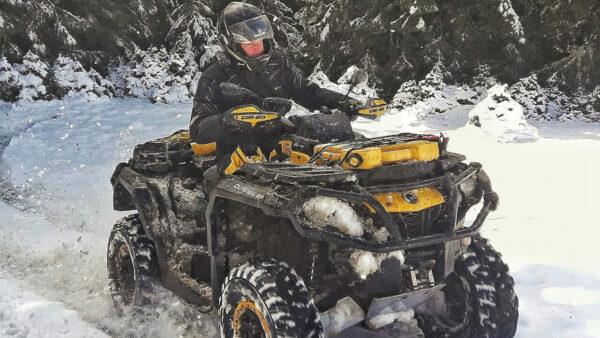 Jízda ve sněhu na čtyřkolce Can-am Outlander